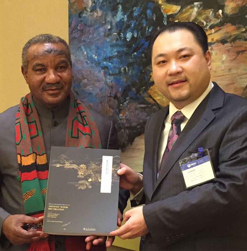 关毅先生向赞比亚副总统卢潘多·姆瓦佩阁下赠送修复故宫书籍《木艺奢华》