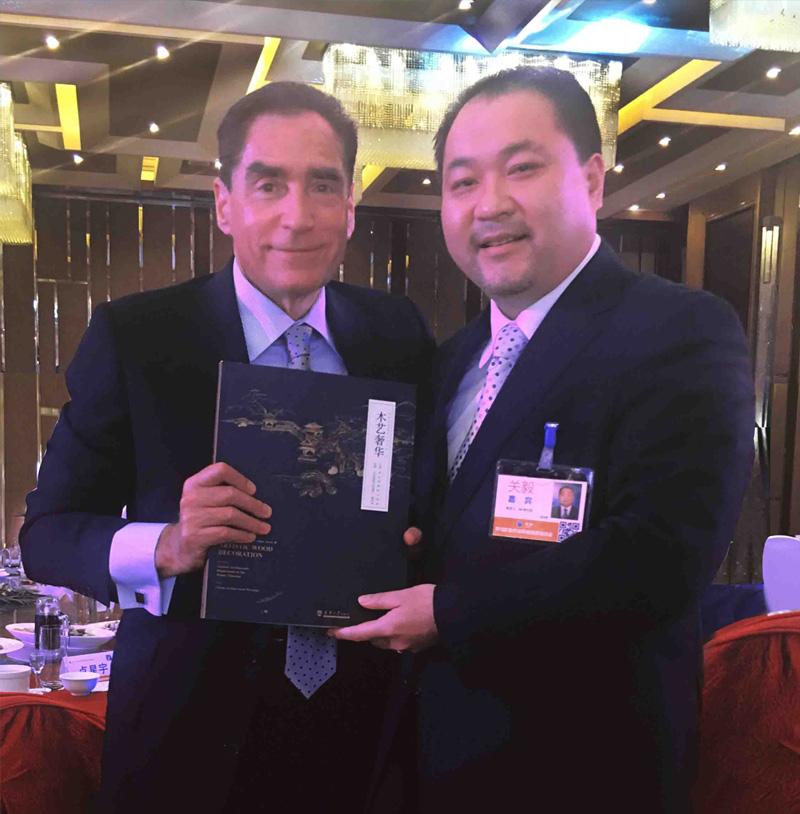 关毅先生向罗马尼亚前总理彼德·罗曼阁下赠送修复故宫书籍《木艺奢华》