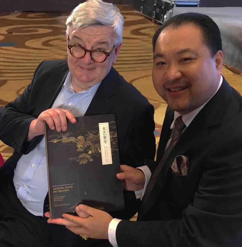 关毅先生向德国前副总理兼外长、欧盟议会前主席约施卡·菲舍尔阁下赠送故宫修复书籍《木艺奢华》