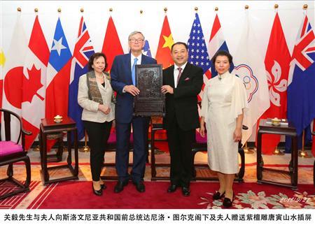 关毅先生与夫人向斯洛文尼亚共和国前总统达尼洛·图尔克阁下及夫人赠送紫檀雕唐寅山水插屏